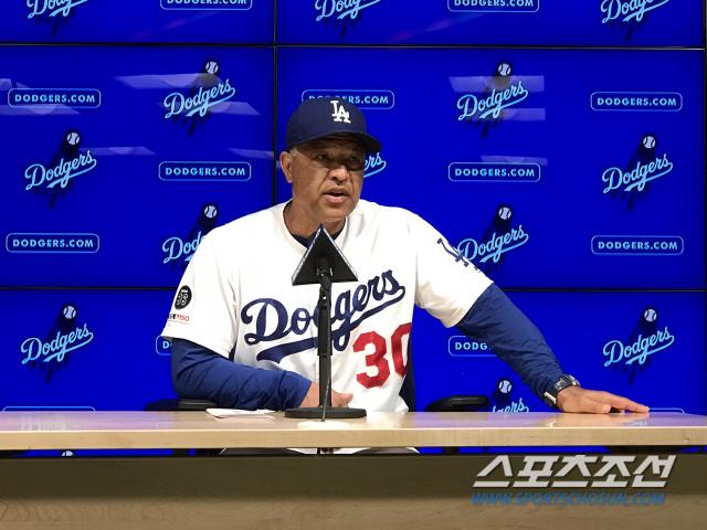 LA 다저스 데이브 로버츠 감독이 경기 후 인터뷰를 하고 있다. LA(미국)=한만성 통신원