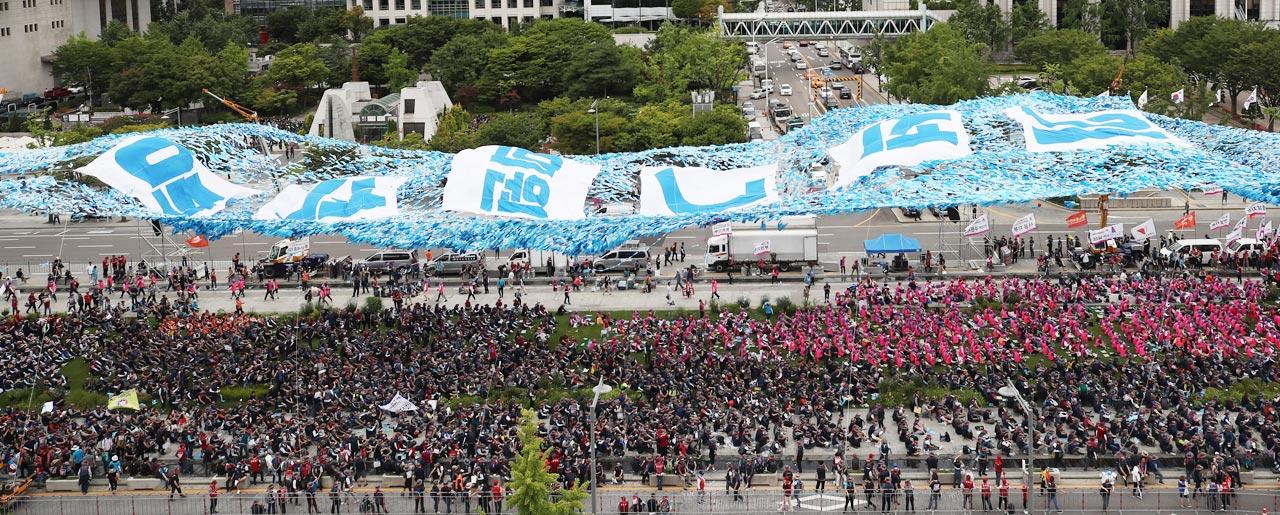 20일 서울 광화문광장에서 열린 '이석기 전 통합진보당 의원 특별사면 요구' 집회에 초대형 설치물이 등장했다.