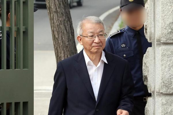 사법행정권을 남용한 혐의로 구속된 양승태 전 대법원장이 22일 경기도 의왕시 서울구치소에서 보석으로 풀려나고 있다. /연합뉴스