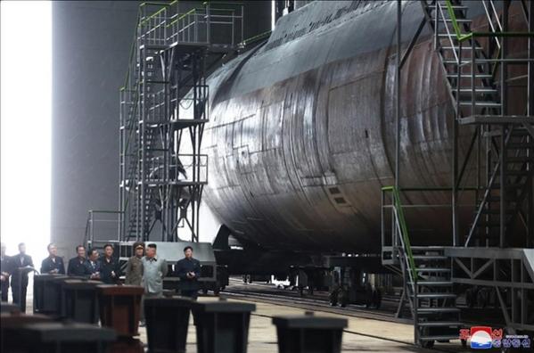 김정은 북한 국무위원장이 새로 건조한 잠수함을 시찰했다고 조선중앙통신이 23일 보도했다. 중앙통신이 이날 홈페이지에 공개한 사진./연합뉴스