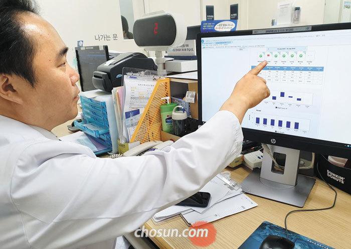 지난 16일 서울 종로구 서울대병원 복막투석실에서 김동기 신장내과 교수가 환자들의 복막 투석 상태를 살피고 있다.