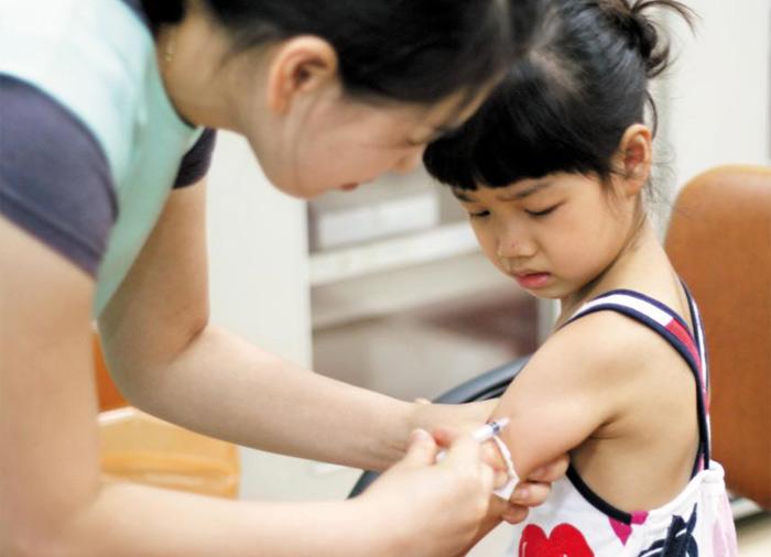 예방접종을 하면 질병 감염을 막아주고, 병에 걸리더라도 가볍게 앓고 넘어가게 도와준다. 우리나라처럼 예방접종률이 높으면 집단 면역이 생겨 감염병이 유행하는 상황을 막을 수 있다. 사진은 질병관리본부에서 실시한 예방접종 관련 사진 공모전 수상작.