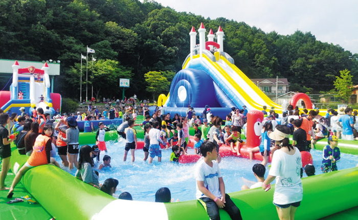 지난해 경기도 양평군 옥천면 양평 물 축제 행사장에서 물놀이를 하고 있는 시민들.