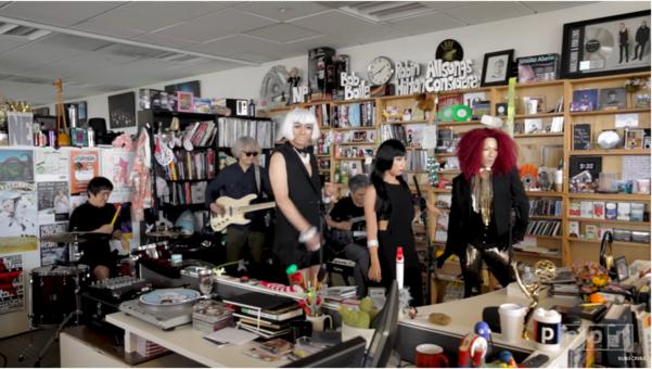 최첨단 음악 마니아들의 바이블로 통하는 미국 공영라디오 NPR의 'Tiny Desk Concert'에 출연했을 때의 섹시하고 아방가르드한 '씽씽밴드'. 가장 오른쪽 붉은 가발이 이희문.