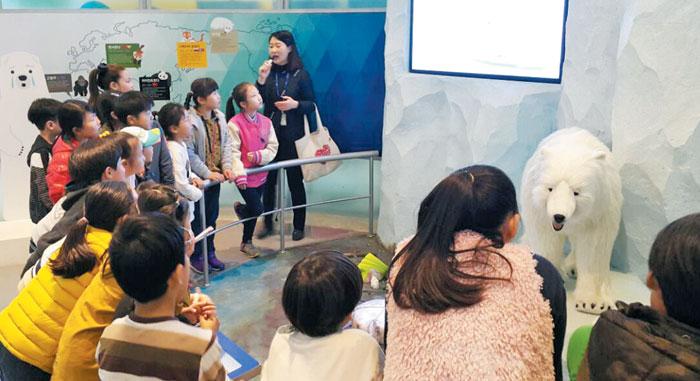안성시 환경 교육 프로그램에 참가한 학생들이 북극곰 '꼬미'의 이야기를 통해 기후변화의 심각성을 배우고 있다.
