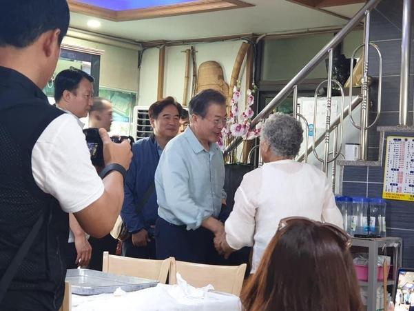 문재인 대통령이 지난 27일 오전 제주도 현지 식당에서 식사를 하고 주민들과 인사를 나누고 있다. /제주특별자치도 소상공인경영지원센터 페이스북