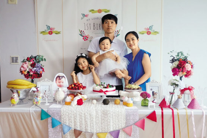 지난 14일 네 식구가 다 함께 둘째 서현이의 첫돌 생일상 앞에 섰다.