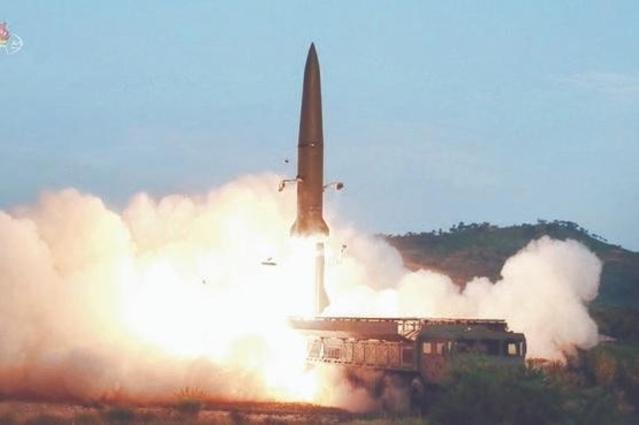 지난 7월 26일 조선중앙TV가 공개한 이동식 미사일발사차량(TEL)에서 발사되는 미사일의 모습 / 연합뉴스