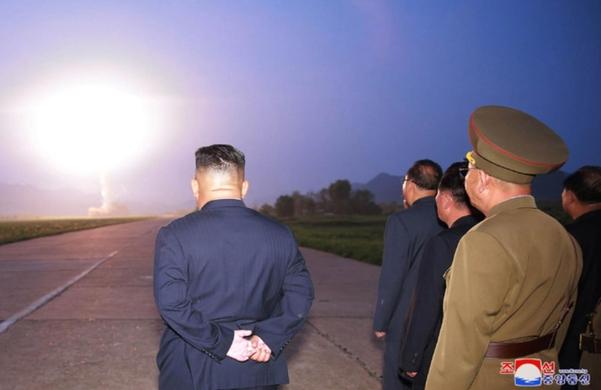 김정은 북한 국무위원장이 지난 6일 신형전술유도탄 발사를 참관했다고 조선중앙통신이 7일 보도하며 관련 사진을 공개했다./연합뉴스