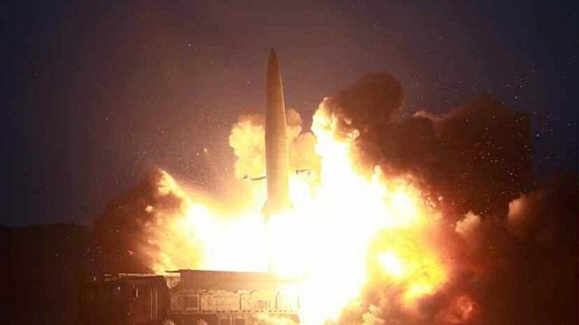 북한 노동신문은 7일 신문 1면에 전날 북한이 시험 발사한 신형 미사일 사진을 공개했다. /노동신문 연합뉴스