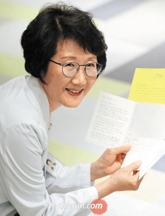 지난 6일 경기도 분당차병원에서 최동희 교수가 난임 여성이 보내온 편지를 펼쳐 보이고 있다