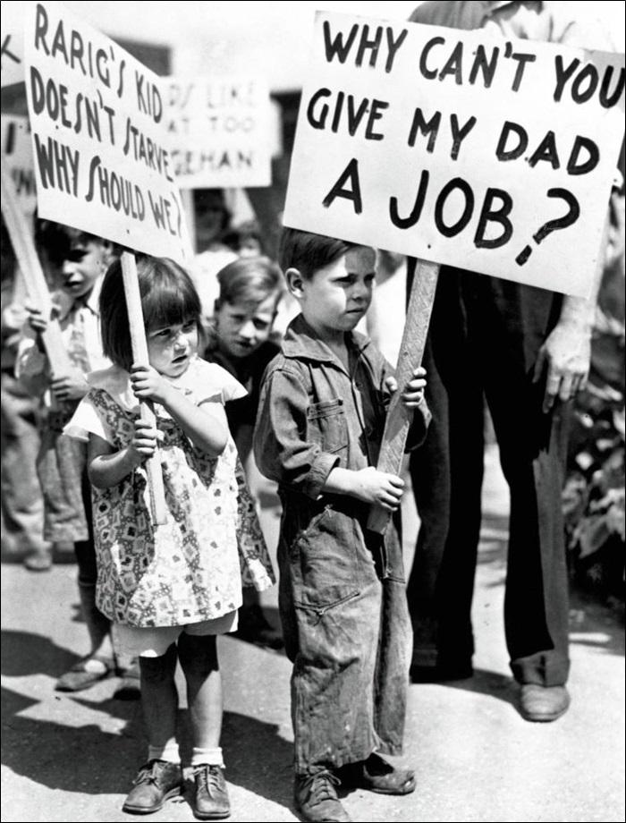미국 대공황 시기에 아이들이 노동자연맹 시위에서 '왜 아빠에게 일자리를 줄 수 없나요?'라는 문구가 적힌 피켓을 들고 있다.