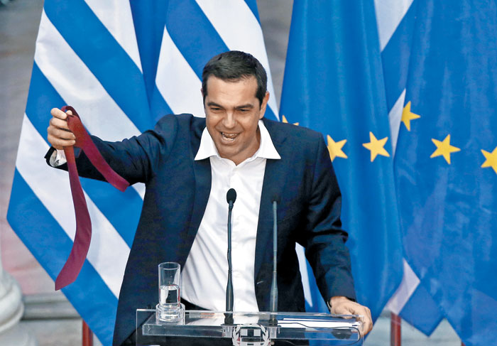 알렉시스 치프라스 전 그리스 총리가 총리 시절인 지난해 구제금융 졸업을 선언하고 있다. / EPA 연합뉴스