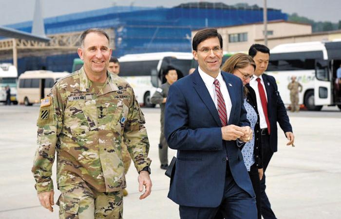 """한국 온 에스퍼 美국방 - 마크 에스퍼(오른쪽) 미 국방장관이 8일 오후 경기도 평택 오산 미 공군기지에 도착한 뒤 로버트 에이브럼스(왼쪽) 주한미군사령관의 영접을 받으며 이동하고 있다. 지난달 취임 후 첫 해외 순방 중인 에스퍼 장관은 호주·뉴질랜드·일본·몽골에 이어 이날 마지막 방문국인 한국을 찾았다. 그는 트위터에 """"문재인 대통령, 정경두 국방장관, 강경화 외교장관과 만나 한·미 동맹의 굳건함을 재확인하길 고대한다""""고 썼다."""