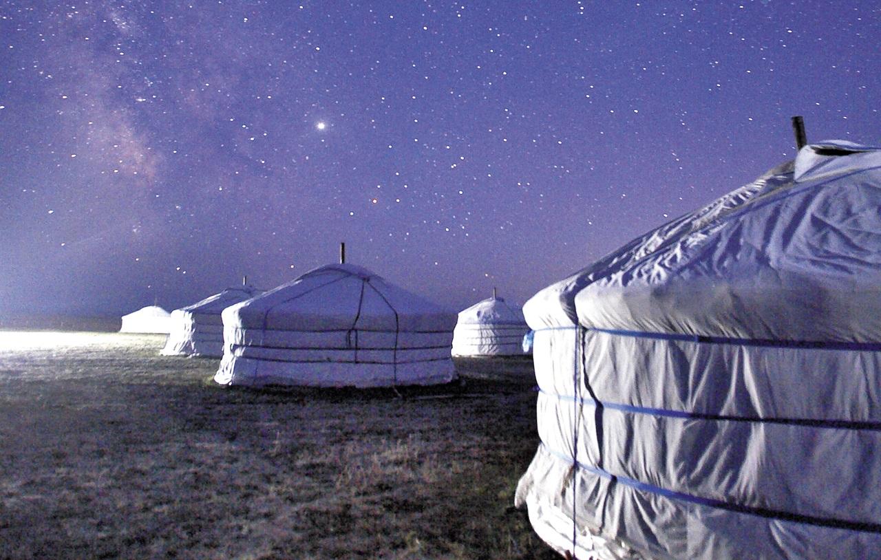 별과 은하수를 볼 수 있는 여행지로 떠오른 몽골. 게르 위로 은하수가 떠올랐다.