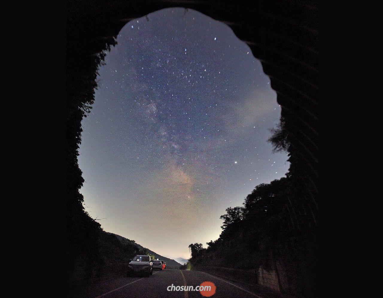 수도권 은하수 명당으로 꼽히는 경기도 양평 벗고개. 터널을 액자 삼아 은하수를 카메라에 담을 수 있다.