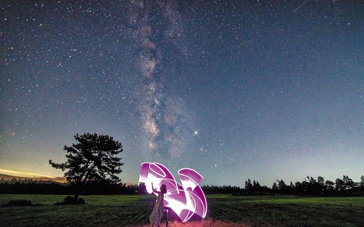 은하수와 색다른 추억을 만들 수 있는 스냅 사진을 찍는 사람들도 많아졌다. '삼춘스냅'이 제주에서 촬영한 '은하수 스냅'./삼춘스냅