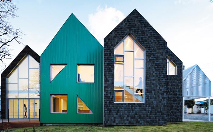 뾰족 지붕 집이 늘어선 모양의 경북 청송 지역아동센터. 아이들이 다양한 공간을 느끼도록 천장 높이와 모양에 변화를 줬다.