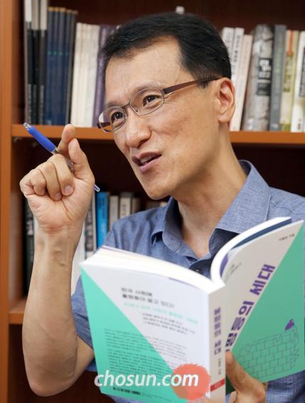 """이철승 교수는 """"오늘날 한국 사회의 정상에 오른 386세대는 미래의 주역인 청년 세대가 더 나은 삶을 꿈꿀 수 있도록 자리와 기회를 보장해줘야 할 책무가 있다""""고 말했다."""
