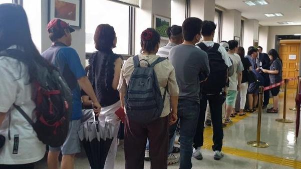 12일 시민들이 방청권을 배부받기 위해 재판장 앞에 줄 서 있다. /박소정 기자