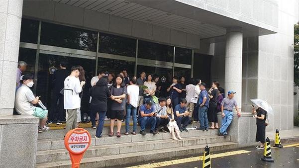 12일 오전 8시 제주지법 앞에서 시민들이 방청권 추첨을 기다리고 있다. /박소정 기자