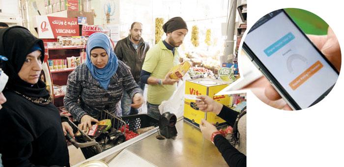 레바논 트리폴리에 있는 상점에서 암호화폐가 들어 있는 '디지털 바우처'로 생필품을 구매하는 시리아 난민.
