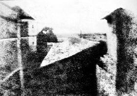 니세포르 니엡스, 르그라의 창으로 내다본 풍경, 1826~27년경, 백랍 위에 역청, 미국 오스틴의 해리 랜섬 센터 소장.
