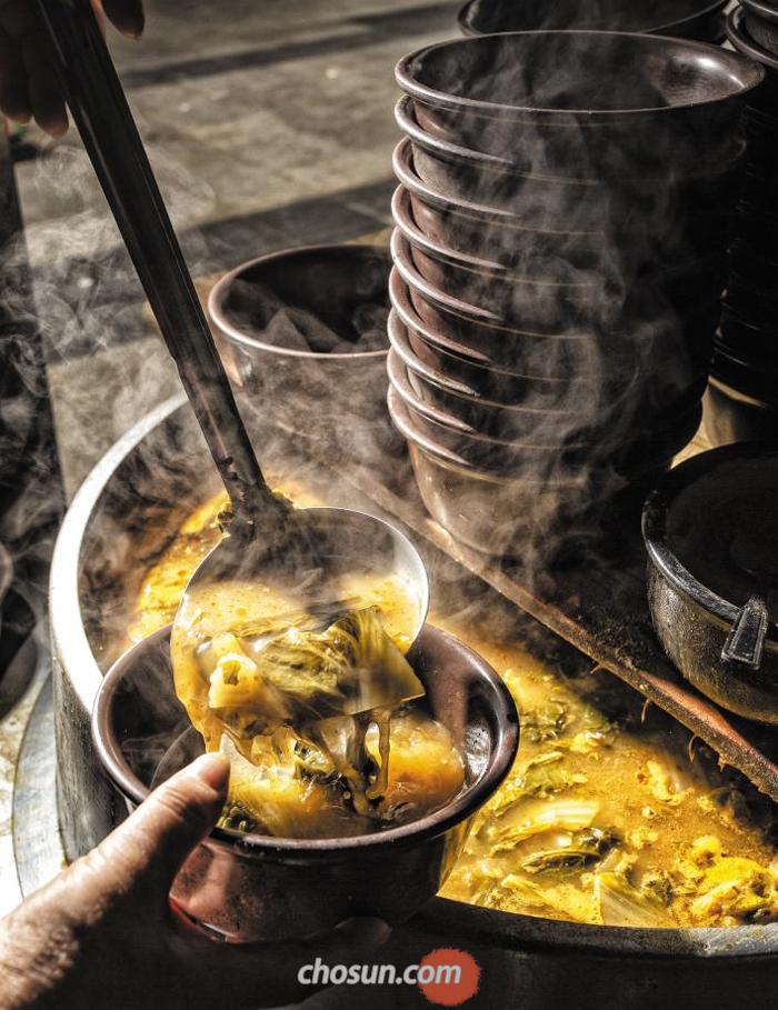 낙원상가 뒤 '소문난집국밥'의 2000원짜리 우거지얼큰탕. 주문과 동시에 가게 앞 가마솥에서 펄펄 끓이던 우거지탕을 한 그릇 떠준다.