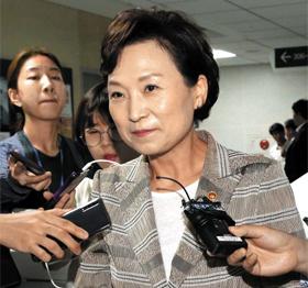 김현미 국토교통부 장관이 12일 국회 의원회관에서 열린 당정협의회를 마치고 나오면서 기자들의 질문을 받고 있다.
