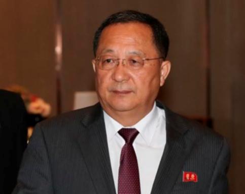 리용호 북한 외무상이 작년 8월 4일 아세안지역안보포럼(ARF)에 참석한 뒤 숙소인 싱가포르의 한 호텔로 들어서고 있다. /연합뉴스