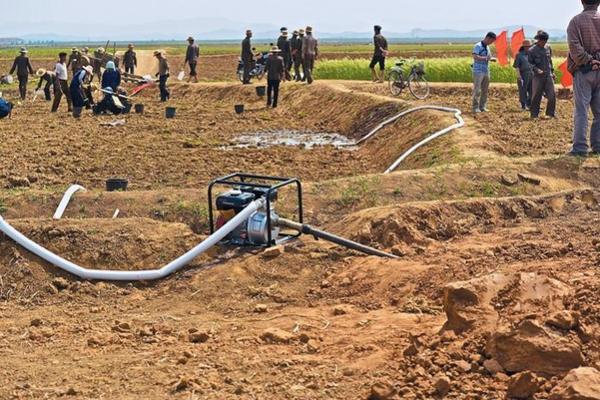 황해북도에서 북한 주민들이 농사를 위해 물을 대고 있는 모습. 북한은 지구 온난화로 인한 가뭄, 폭우 등 자연재해의 피해를 크게 입고 있다. / 컨선월드와이드 제공