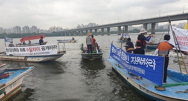 13일 오전 서울 여의도 선착장에 어선을 끌고 모인 경기 고양시 행주어촌계 어민들이 시위를 벌이고 있다. /최지희 기자