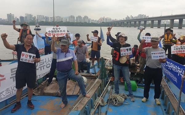 13일 오전 서울 여의도 선착장에 어선을 끌고 모인 경기 고양시 행주어촌계 어민들이 시위를 벌이고 있다. /류인선 인턴기자