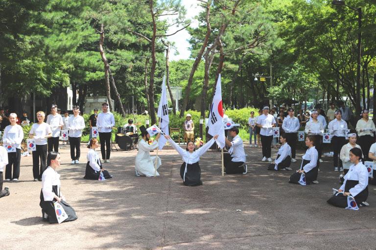 호서대 학생들이 13일 충남 천안 신부공원에서 '8·15 독립기념 퍼포먼스'를 펼치고 있다. /호서대