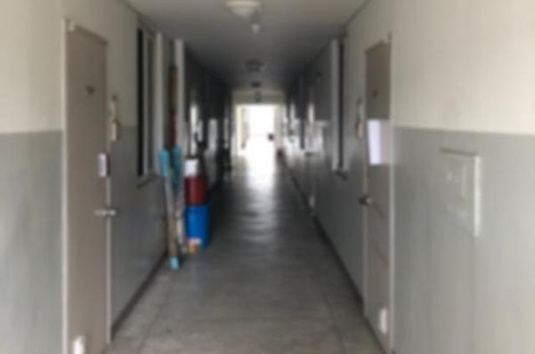 13일 오전 찾은 탈북 모자(母子)가 숨진 채 발견된 서울 관악구 봉천동 한 임대아파트의 모습. 한 층에 16세대가 모여산다. /배미래 인턴기자
