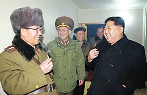김정은(오른쪽) 북한 국무위원장이 2017년 11월 대륙간탄도미사일인 화성-15형 시험 발사 현장에서 전일호(왼쪽)와 함께 담배를 피우고 있다.
