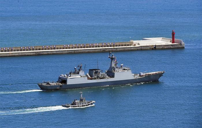13일 오후 부산 해군작전기지에서 청해부대 30진 강감찬함(艦)이 소말리아 아덴만으로 출항하고 있다. 강감찬함은 우선 아덴만으로 항해할 예정이지만, 미국이 주도하는 호르무즈해협 호위 작전에 참여할 가능성도 큰 것으로 알려졌다.