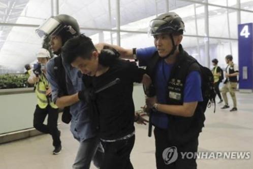 홍콩국제공항 점거 시위를 벌인 시위대를 체포하는 홍콩 경찰. /AP 연합뉴스