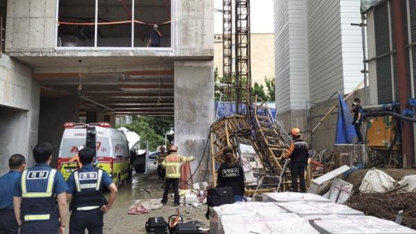 14일 오전 강원 속초시의 한 아파트 공사현장에서 승강기가 추락한 사고 현장/소방청 제공