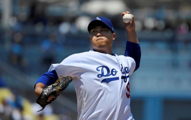 류현진(LA 다저스)이 12일(한국 시각) 미국 로스앤젤레스 다저스타디움에서 열린 애리조나 다이아몬드백스와의 2019 미 프로야구(MLB) 경기에 선발 등판해 역투하고 있다. /AP 연합뉴스