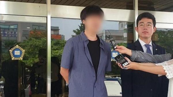 지난 12일 오전 제주지법에서 열린 고유정의 첫 재판이 끝난 뒤, 피해자 강모(36)씨의 남동생이 심경을 밝히고 있다. /박소정 기자