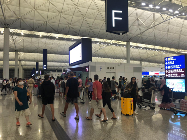 지난 13일부터 이어진 시위대와 경찰 간 충돌이 마무리되면서 이날 오전 홍콩국제공항 대부분의 항공편이 정상 운항에 들어갔다. /CNN