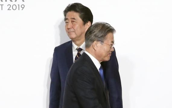 6월 28일 오전 일본 오사카에서 열린 G20 정상회의 공식환영식에서 아베 신조 일본 총리와 문재인 대통령. /연합뉴스