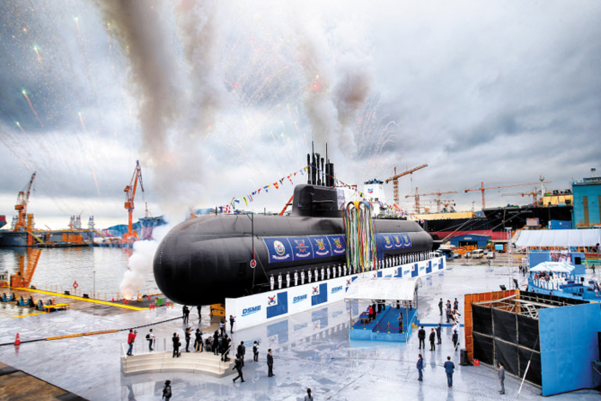 첫 국산 3000t급 잠수함인 '도산안창호함'이 2018년 9월 14일 경남 거제 대우조선해양 옥포조선소에서 진수됐다. 현재 우리 주력 잠수함인 1200·1800t급과 달리 탄도미사일을 장착할 수 있고 2주 이상 수중에서만 작전이 가능해 강력한 대북 타격 능력을 갖춘 것으로 평가된다. /연합뉴스