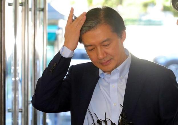 조국 법무부 장관 후보자가 14일 오전 인사청문회 준비 사무실이 마련된 서울 종로구 사직로 적선현대빌딩으로 출근하며 머리를 쓸어 넘기고 있다. /뉴시스