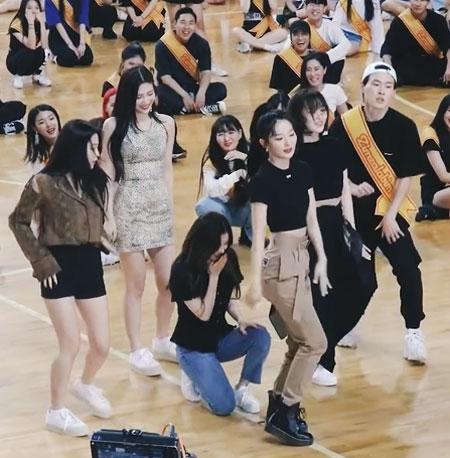 고퇴경(앞줄 맨 오른쪽)과 아이돌 그룹 레드벨벳이 서울의 한 체육관에서 함께 춤추는 모습.