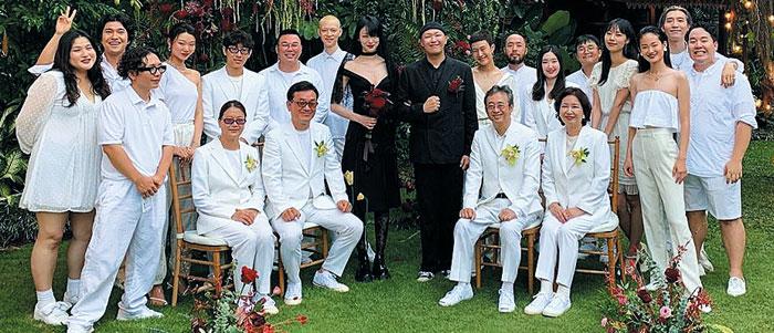 발리에서 결혼식을 올린 모델 최소라와 사진작가 이코베가 검은색 웨딩 의상을 입었다.
