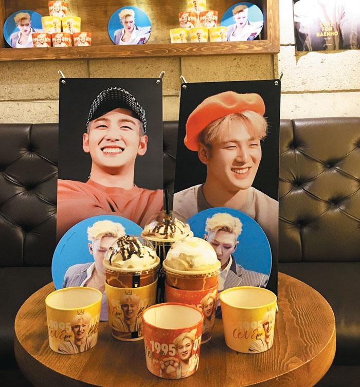 아이돌그룹 뉴이스트 멤버 백호의 생일 축하 이벤트가 열렸던 한 카페.