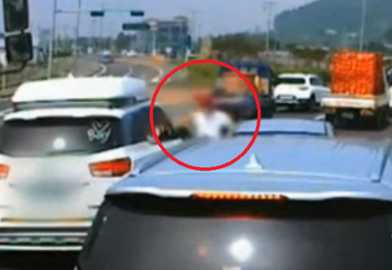 지난달 4일 제주도에서 본인의 난폭운전에 대해 항의하는 운전자를 폭행하는 A씨의 모습이 블랙박스에 찍혀 공개됐다. /유튜브 한문철TV 캡처