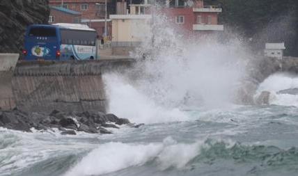 태풍 크로사가 일본을 관통하고 있는 15일 오후 부산 해운대해수욕장에 큰 파도가 치고 있다. /김동환 기자